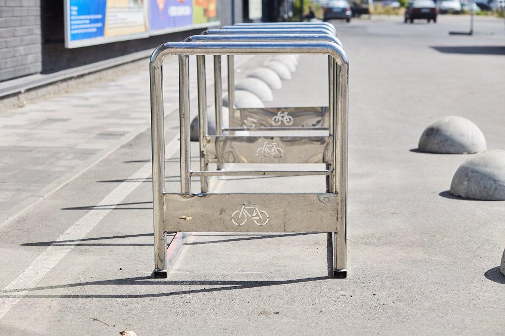 Barres de fixation pour abri de vélo