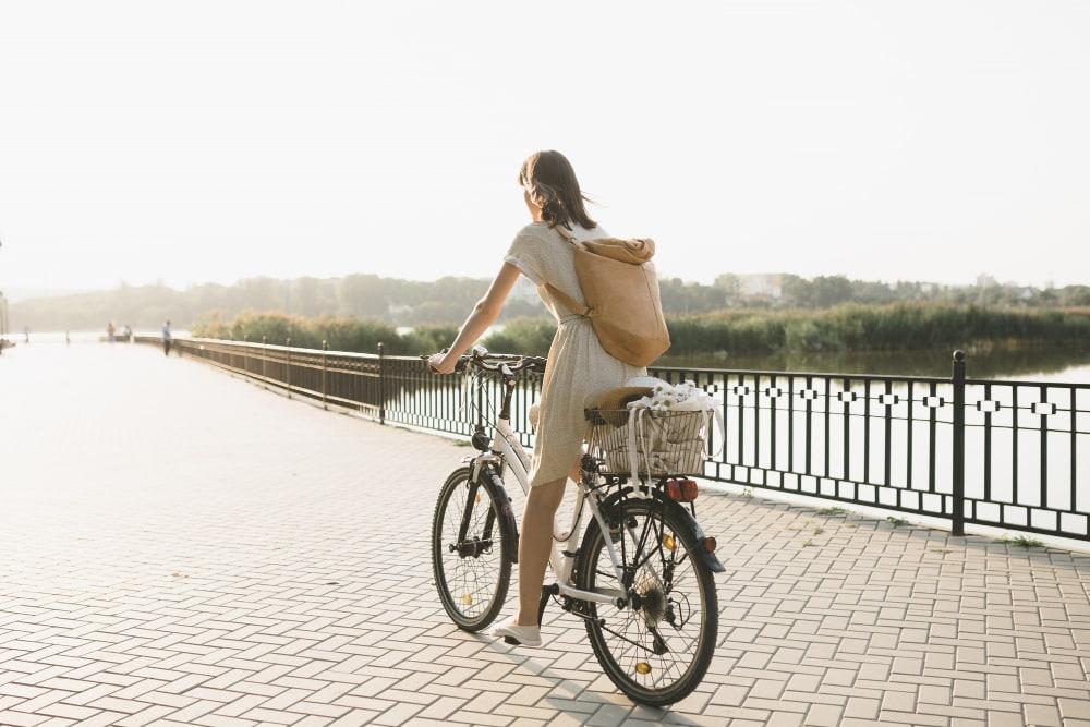 jeune femme sur un vélo sur un pont