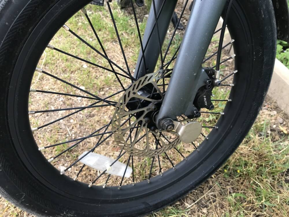 gros plan frein et roue