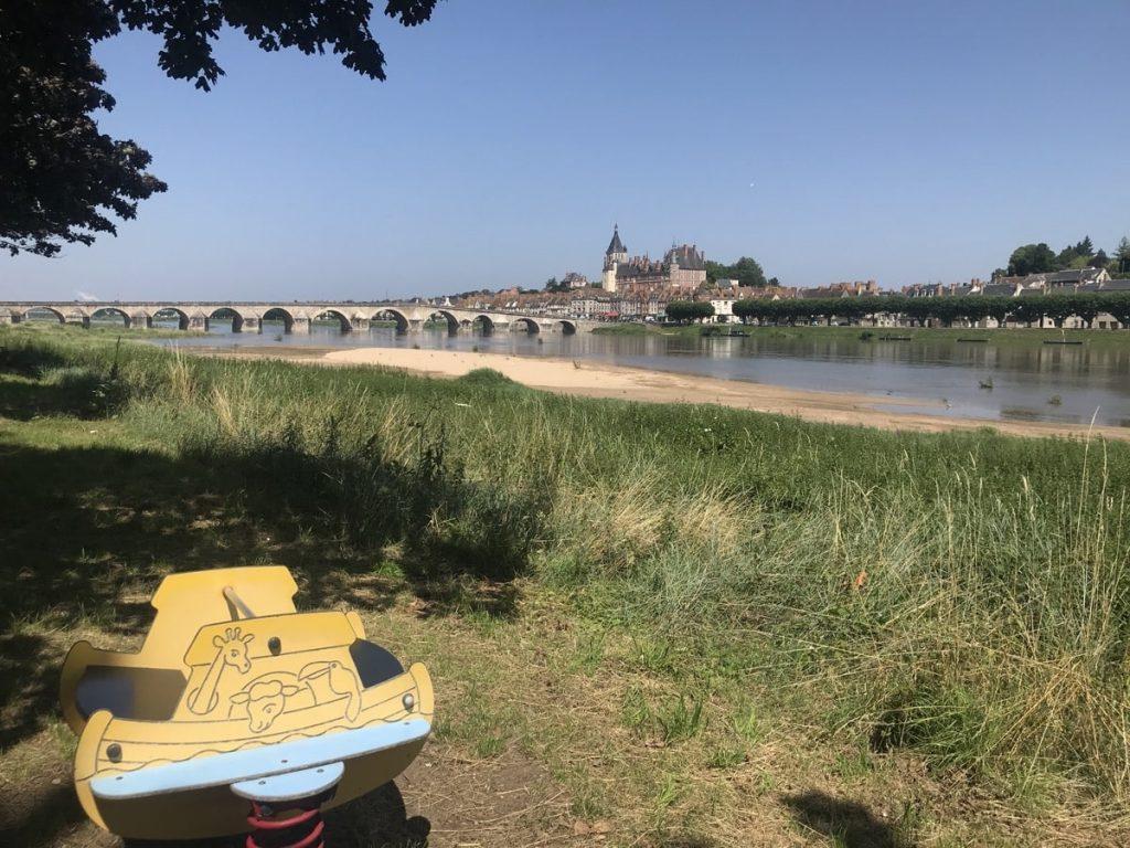 vue sur Gien depuis la Loire à vélo